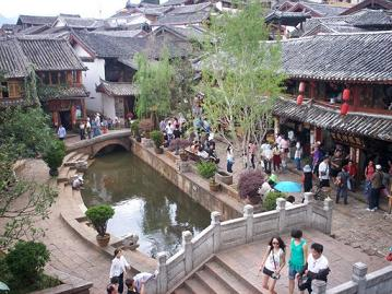 lijiang china, sifang square with restaurants and shops